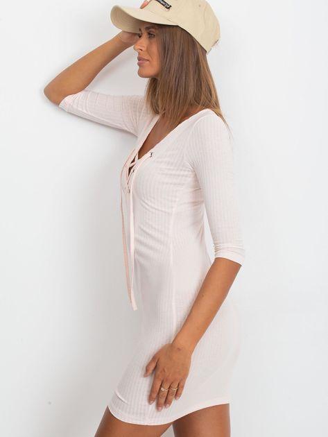 Jasnoróżowa sukienka w prążek ze sznurowaniem                              zdj.                              5