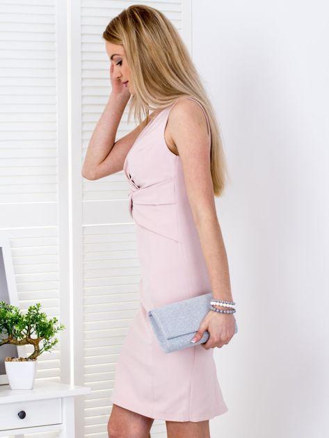 Jasnoróżowa sukienka z drapowaniami przy dekolcie                              zdj.                              3