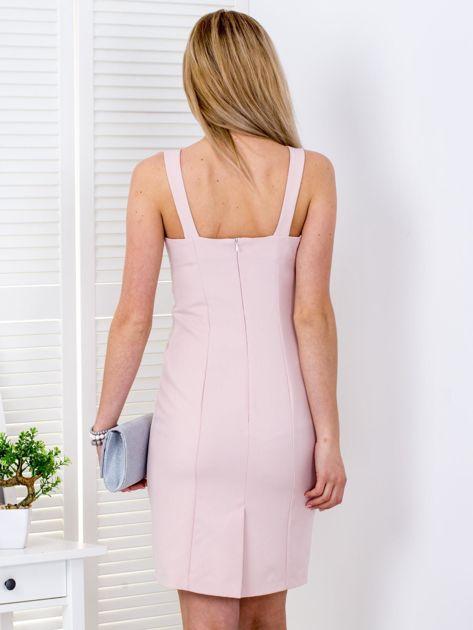 Jasnoróżowa sukienka z drapowaniami przy dekolcie                              zdj.                              2