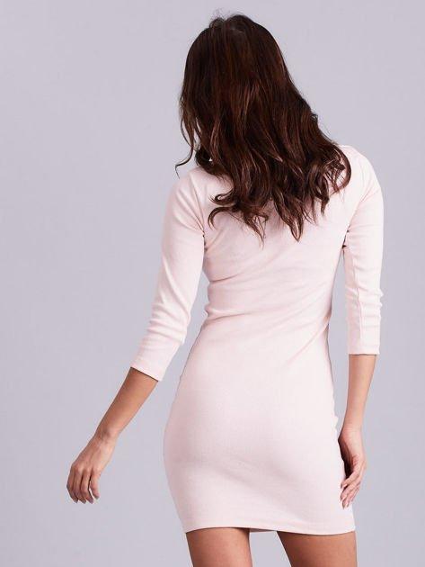 Jasnoróżowa sukienka z ozdobnymi kółeczkami przy dekolcie                              zdj.                              2