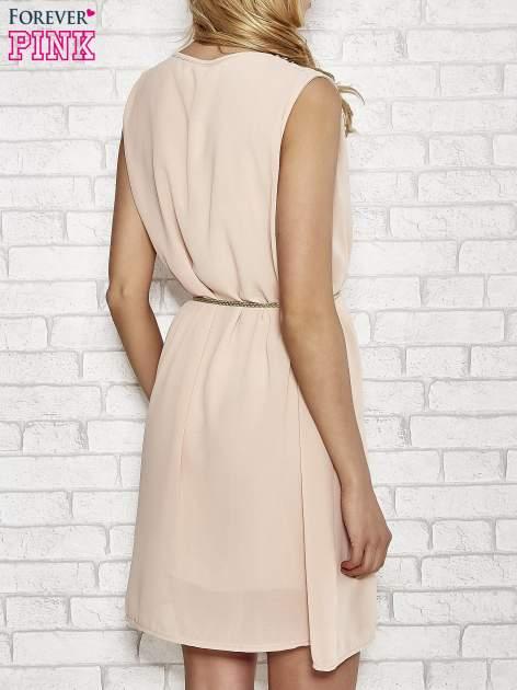 Jasnoróżowa sukienka ze złotym łańcuszkiem przy dekolcie                                  zdj.                                  4