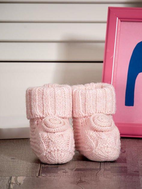 Jasnoróżowe miękkie dziergane buciki dziewczęce                              zdj.                              1