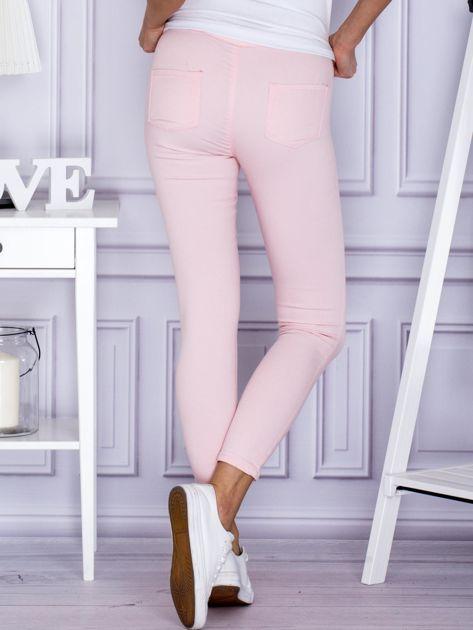 Jasnoróżowe spodnie rurki                              zdj.                              2