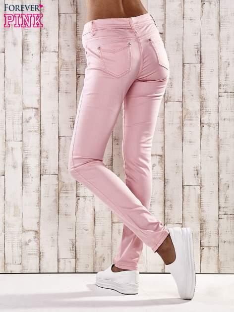 Jasnoróżowe spodnie skinny jeans z dżetami                                  zdj.                                  3