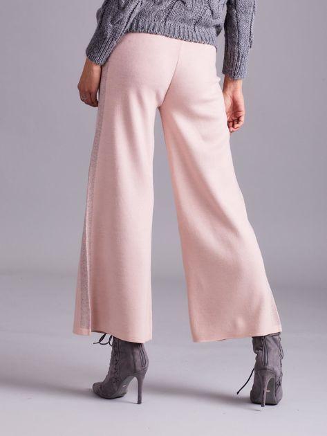 Jasnoróżowe szerokie spodnie z dzianiny                              zdj.                              3