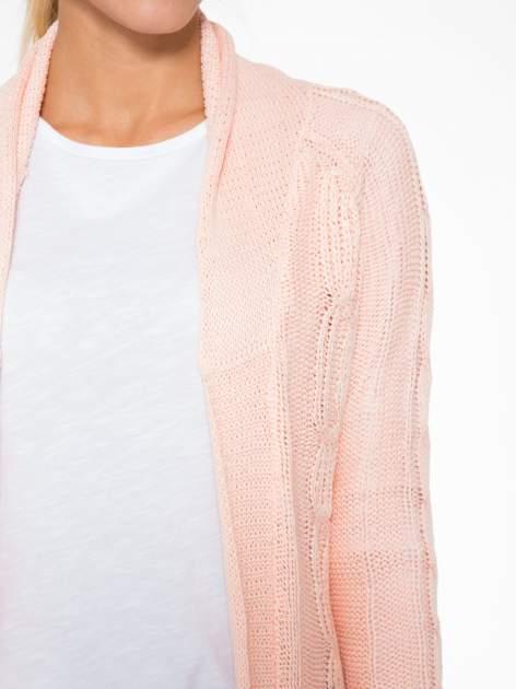 Jasnoróżowy ażurowy długi sweter typu kardigan z paskiem                                  zdj.                                  5