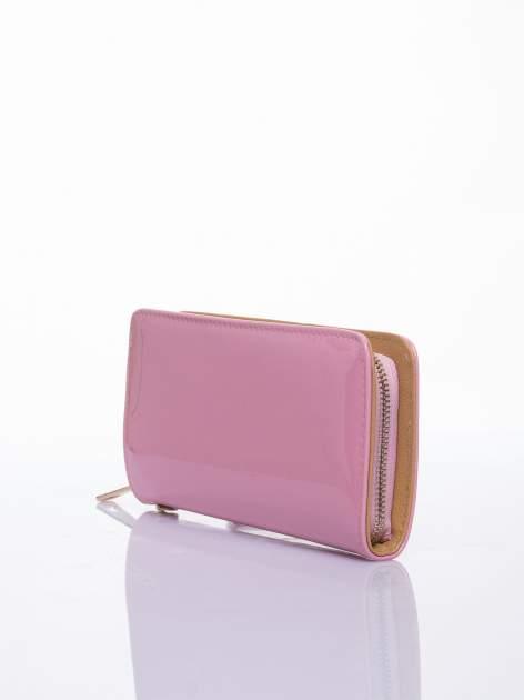 Jasnoróżowy lakierowany portfel z odpinanym złotym łańcuszkiem                                  zdj.                                  2