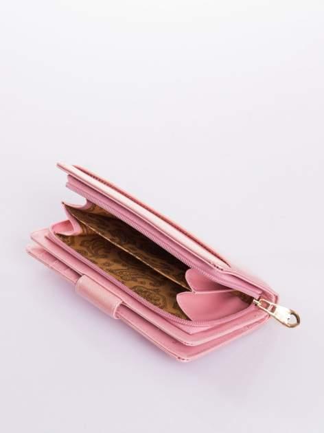 Jasnoróżowy portfel ze złotym zapięciem efekt skóry saffiano                                  zdj.                                  5