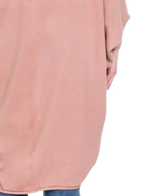 Jasnoróżowy sweter narzutka z nietoperzowymi rękawami                                  zdj.                                  8