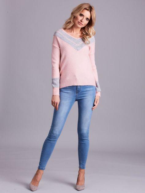 Jasnoróżowy sweter z dekoltem w serek                              zdj.                              4