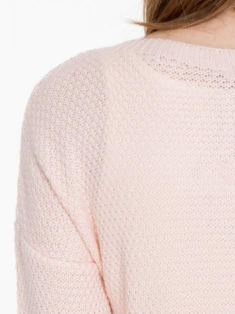 Jasnoróżowy sweter z napisem AMAZE z cekinów                                  zdj.                                  7