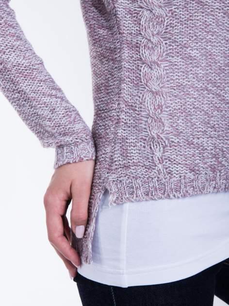 Jasnoróżowy sweter z warkoczowym splotem z przodu                                  zdj.                                  5
