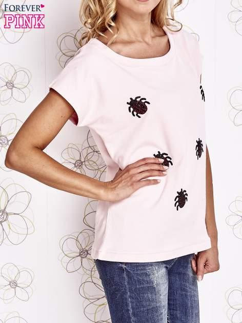 Jasnoróżowy t-shirt z aplikacją owadów                                  zdj.                                  3