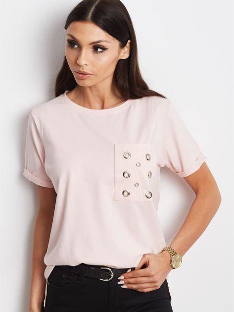 Jasnoróżowy t-shirt z ażurową kieszenią                              zdj.                              1
