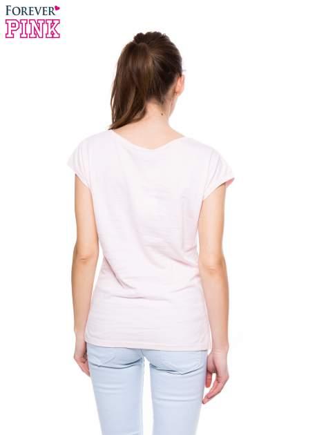 Jasnoróżowy t-shirt z dużym nadrukiem                                  zdj.                                  3