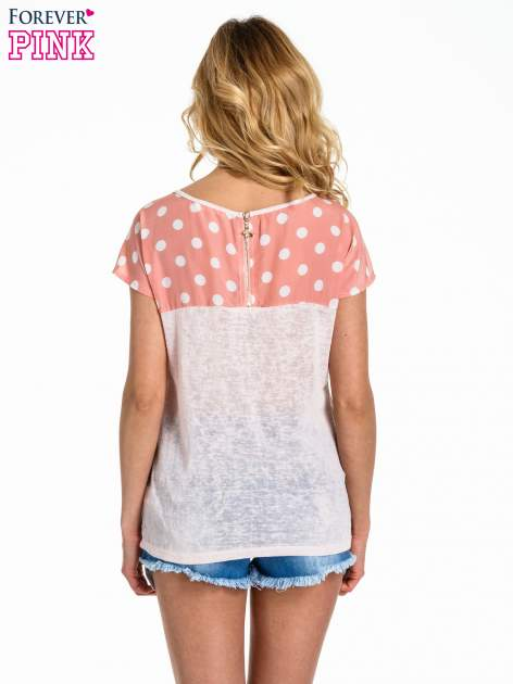 Jasnoróżowy t-shirt z kieszonką w groszki                                  zdj.                                  4