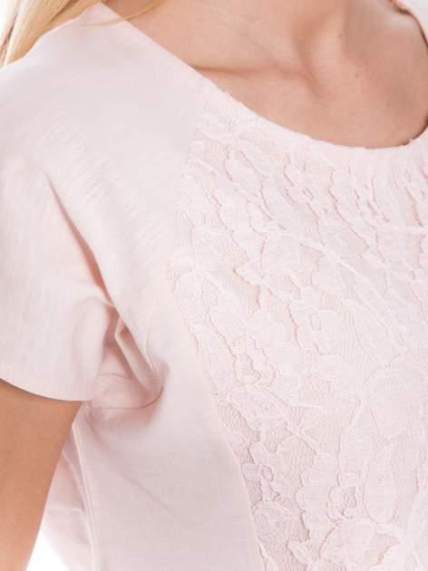 Jasnoróżowy t-shirt z koronkowym przodem                                  zdj.                                  4