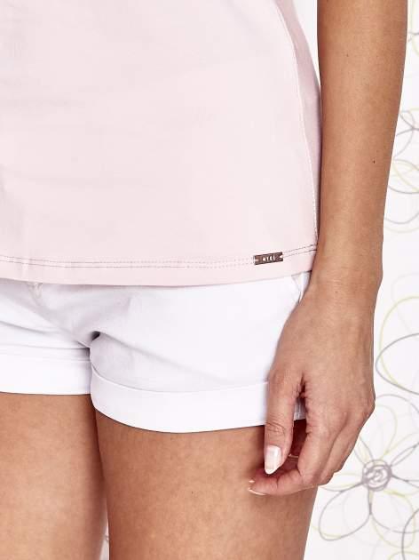 Jasnoróżowy t-shirt z koronkowym wykończeniem rękawów                                  zdj.                                  6