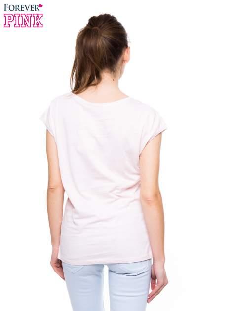 Jasnoróżowy t-shirt z nadrukiem NEW YORK                                  zdj.                                  3