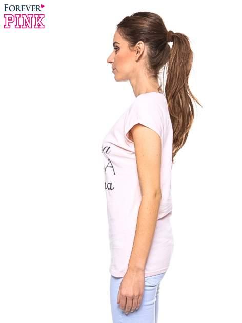 Jasnoróżowy t-shirt z nadrukiem tekstowym PIĘKNA MĄDRA SKROMNA                                  zdj.                                  3