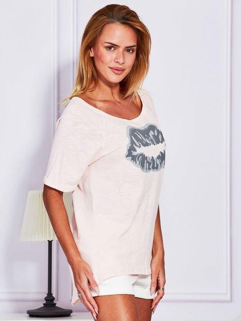 Jasnoróżowy t-shirt z nadrukiem ust                              zdj.                              3