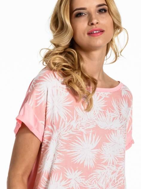 Jasnoróżowy t-shirt z nadrukiem w palmy                                  zdj.                                  6