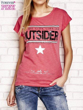 Jasnoróżowy t-shirt z napisem OUTSIDER                                  zdj.                                  1