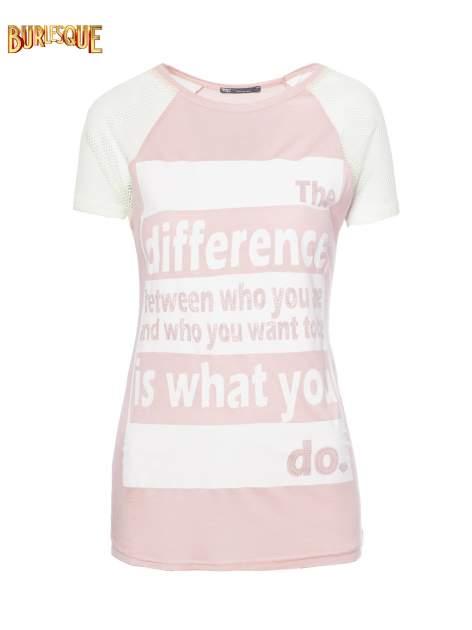Jasnoróżowy t-shirt z napisem i siateczkowymi rękawami