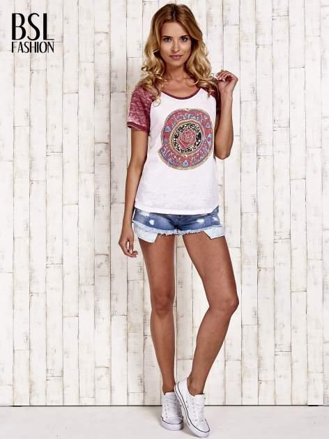 Jasnoróżowy t-shirt z różą efekt acid wash                                  zdj.                                  2