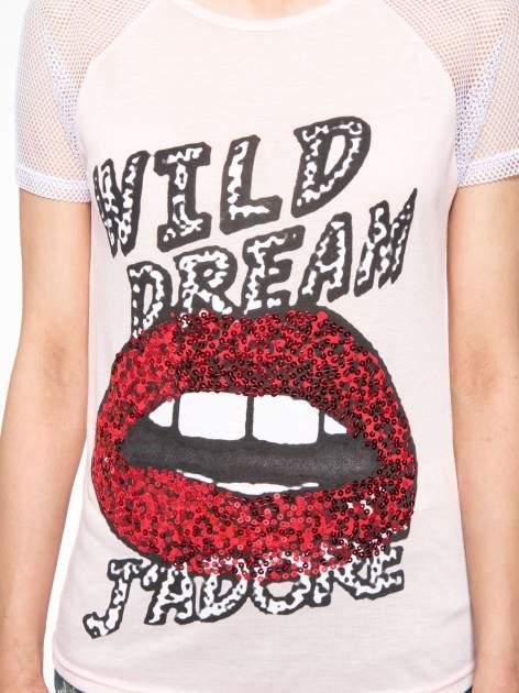 Jasnoróżowy t-shirt z ustami z cekinów i rękawami z siateczki                                  zdj.                                  7