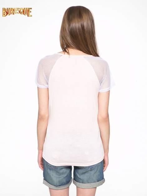 Jasnoróżowy t-shirt z ustami z cekinów i rękawami z siateczki                                  zdj.                                  4