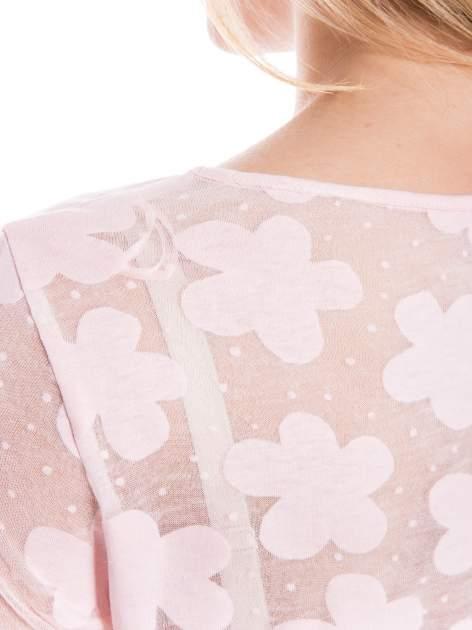 Jasnoróżowy transparentny t-shirt w kwiaty z baskinką                                  zdj.                                  4