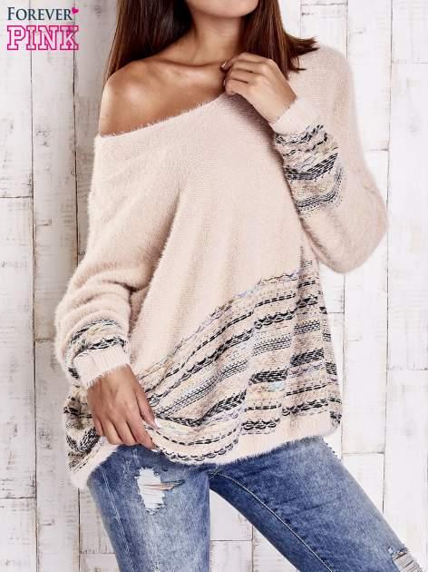 Jasnoróżowy włochaty sweter oversize z kolorową nitką                                   zdj.                                  3