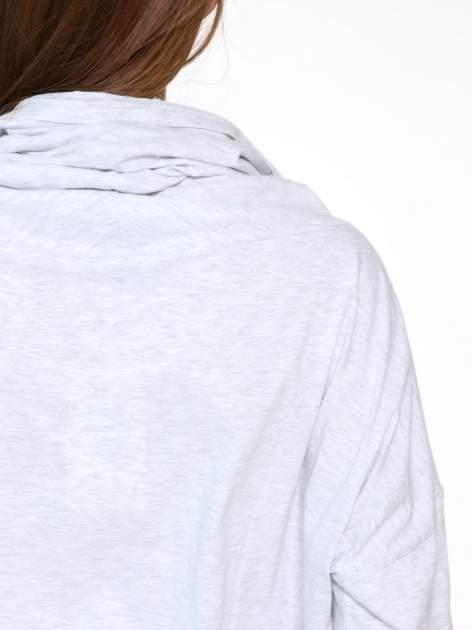 Jasnoszara bluzka dresowa z kołnierzokapturem i ściągaczem na dole                                  zdj.                                  10