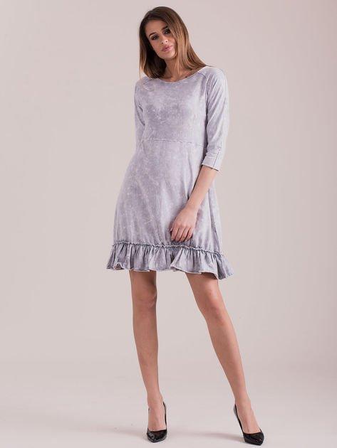 Jasnoszara dekatyzowana sukienka z falbaną                              zdj.                              4