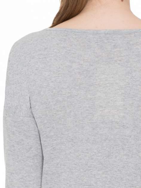 Jasnoszara melanżowa gładka bluzka z ozdobnymi przeszyciami                                  zdj.                                  7