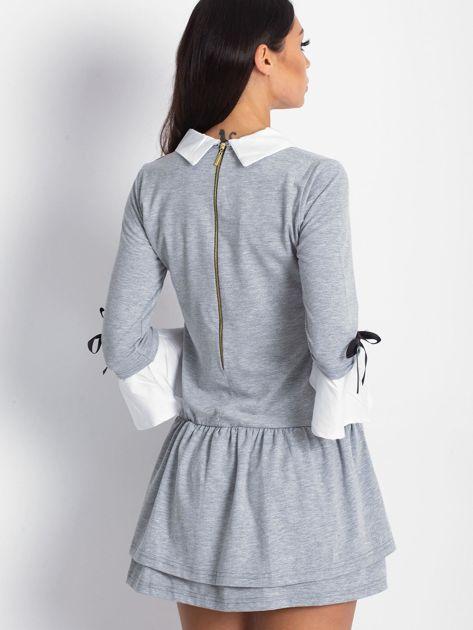 Jasnoszara sukienka z kołnierzykiem i kokardkami                                  zdj.                                  3