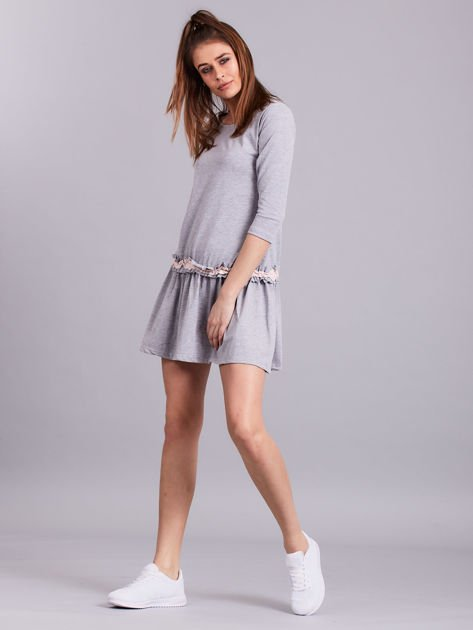Jasnoszara sukienka z kontrastową falbanką                              zdj.                              4