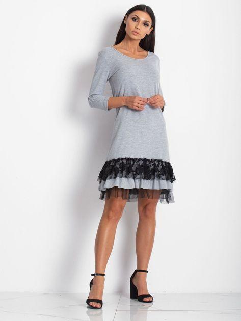 Jasnoszara sukienka z tiulem i koronkową falbaną                                  zdj.                                  5