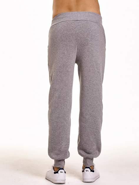 Jasnoszare dresowe spodnie męskie z trokami w pasie i kieszeniami                                  zdj.                                  5