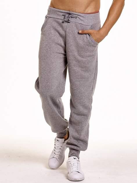 Jasnoszare dresowe spodnie męskie z trokami w pasie i kieszeniami                                  zdj.                                  1
