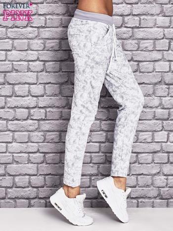 Jasnoszare ocieplane spodnie dresowe z marmurkowym nadrukiem                                  zdj.                                  2