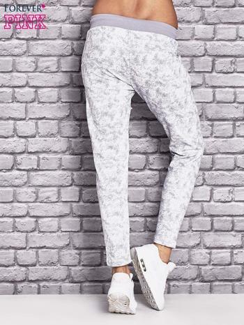Jasnoszare ocieplane spodnie dresowe z marmurkowym nadrukiem                                  zdj.                                  3