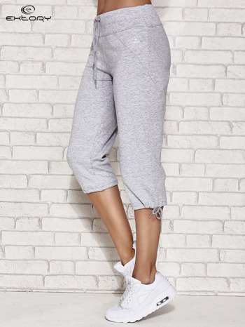 Jasnoszare spodnie dresowe capri z kieszonką                                  zdj.                                  2