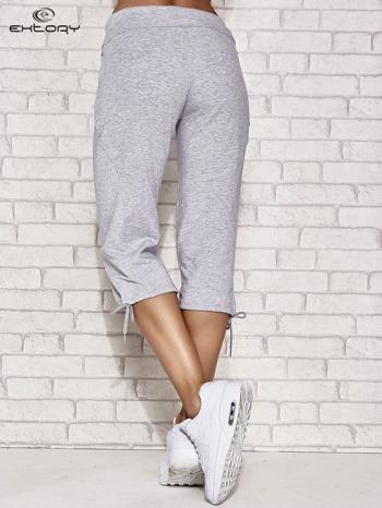 Jasnoszare spodnie dresowe capri z kieszonką                                  zdj.                                  3