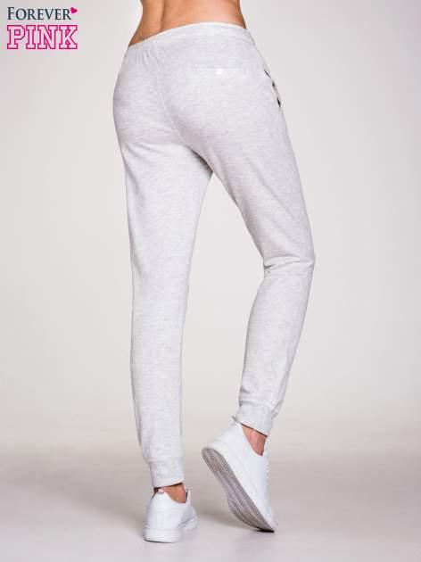 Jasnoszare spodnie dresowe damskie z guziczkami                                  zdj.                                  2