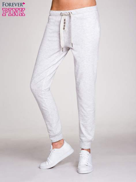 Jasnoszare spodnie dresowe damskie z guziczkami                                  zdj.                                  1