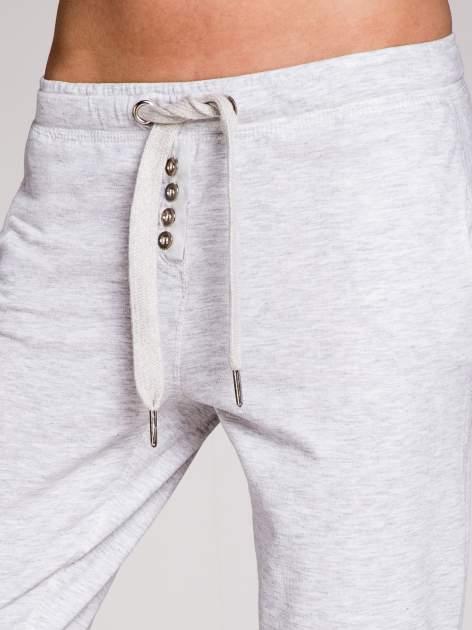 Jasnoszare spodnie dresowe damskie z guziczkami                                  zdj.                                  7