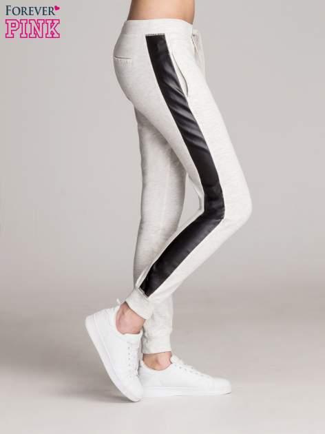Jasnoszare spodnie dresowe damskie ze skórzanymi lampasami                                  zdj.                                  3
