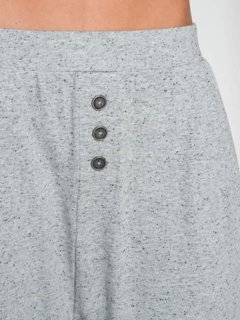 Jasnoszare spodnie dresowe typu baggy z guziczkami                                  zdj.                                  6